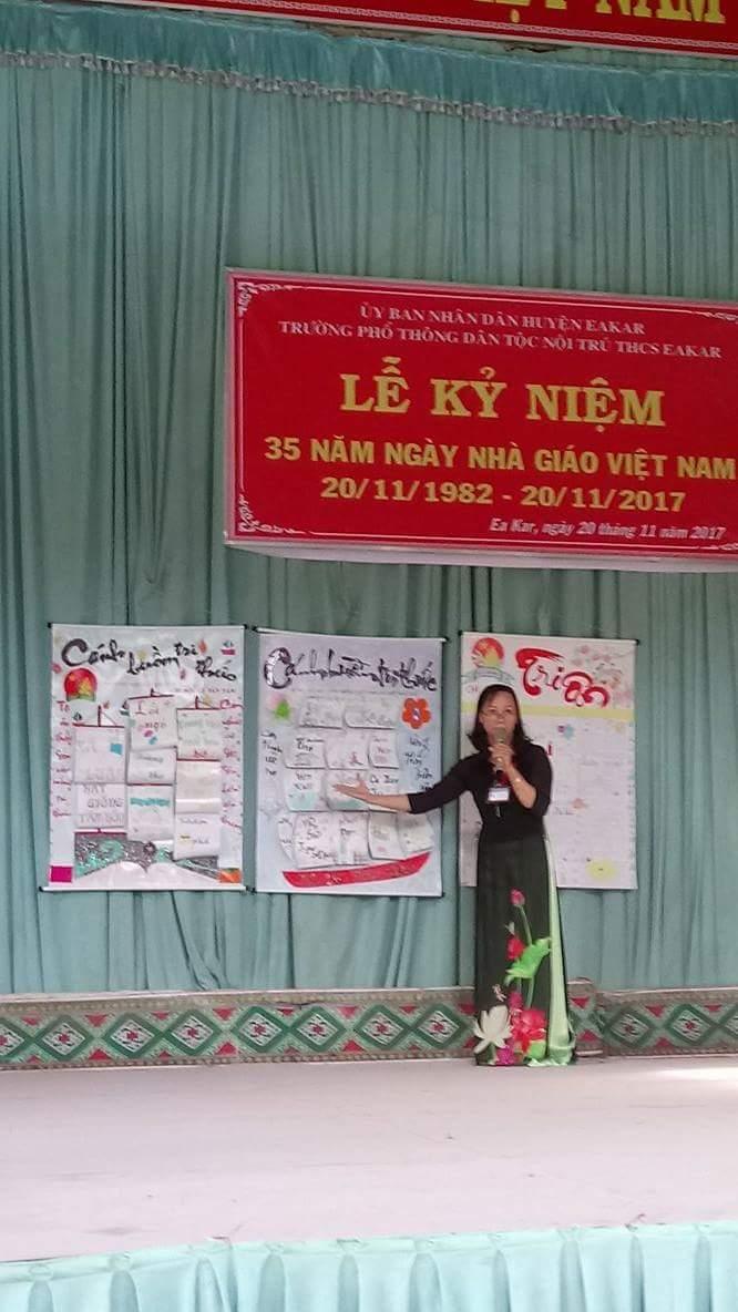 Cô Hồ Thị Hằng Phó hiệu trưởng nhà trường lên tổng kết thi viết báo tường giữa các chi đội.